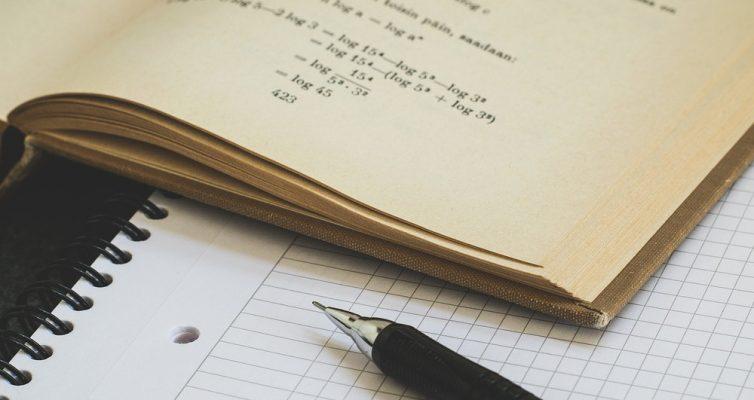 Buch mit Stift und Block